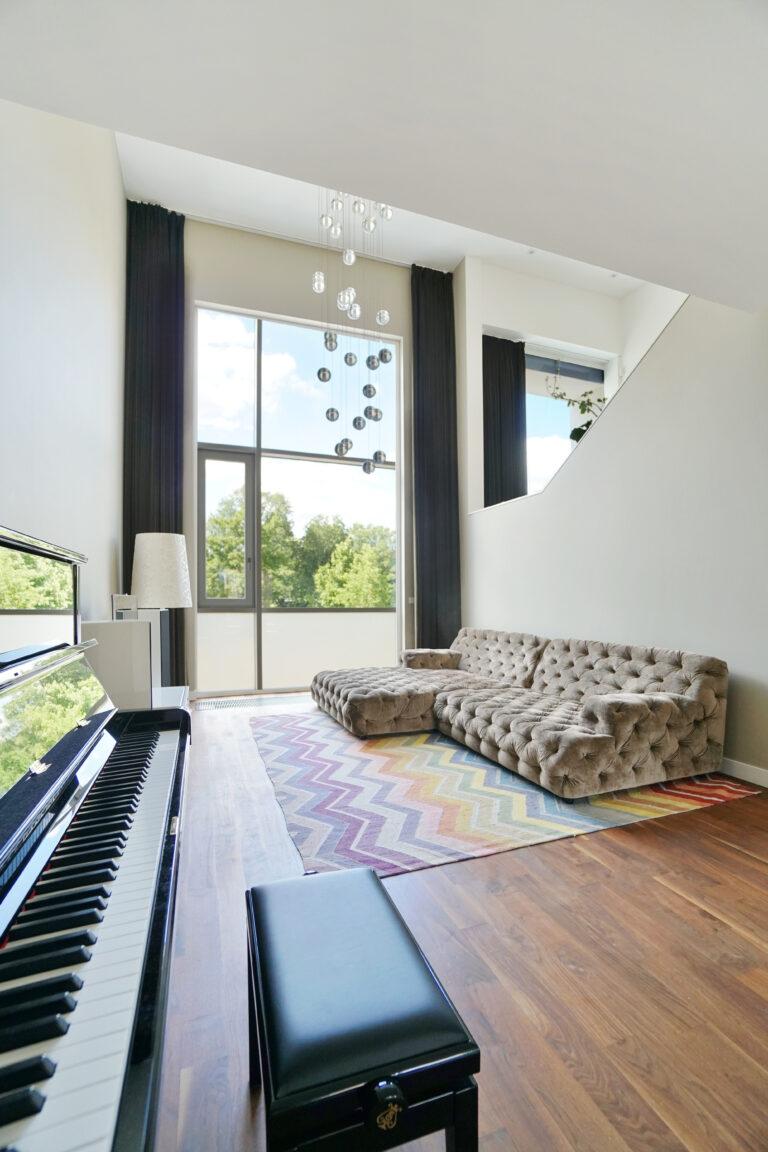 Apartment mit Klavier und bodentiefen Fenstern