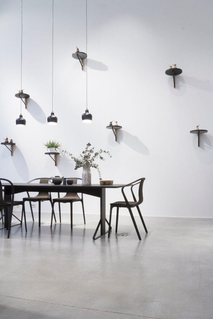 Esstisch mit Stühlen und Wandelementen