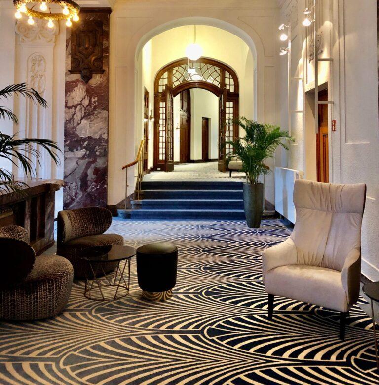 Eingangshalle mit einzigartigem Teppich