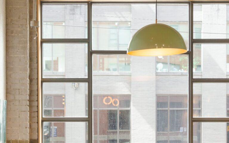 Loft mit Fensterfront und Lampe